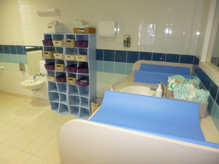 Les sanitaires et la salle de change
