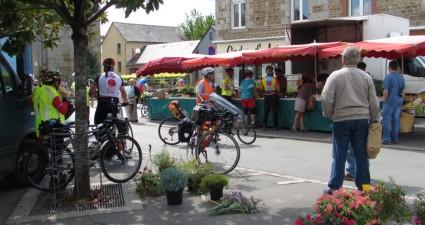 Les cyclistes de Paris-Brest-Paris défilent dans la commune