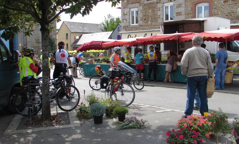 Les participants du Paris-Brest-Paris profitent du marché pour se réapprovisionner